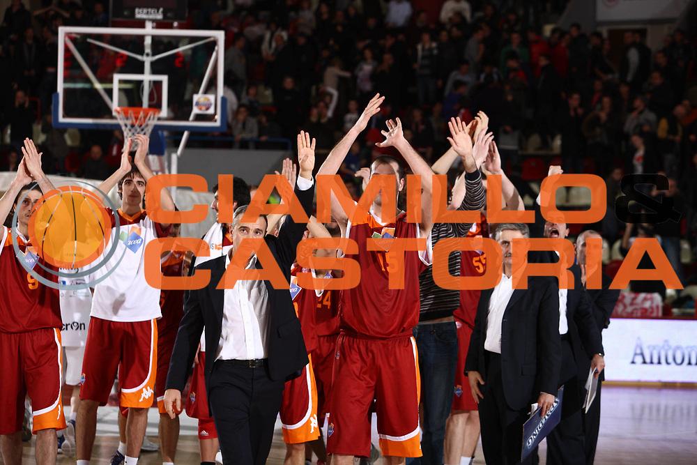 DESCRIZIONE : Teramo Lega A 2011-12 Banca Tercas Teramo Acea Roma  <br /> GIOCATORE : team roma <br /> CATEGORIA :  esultanza<br /> SQUADRA : Banca Tercas Teramo Acea Roma<br /> EVENTO : Campionato Lega A 2011-2012<br /> GARA : Banca Tercas Teramo Acea Roma <br /> DATA : 27/12/2011<br /> SPORT : Pallacanestro<br /> AUTORE : Agenzia Ciamillo-Castoria/M.Carrelli<br /> Galleria : Lega Basket A 2011-2012<br /> Fotonotizia :  Teramo Lega A 2011-12 Banca Tercas Teramo Acea Roma  <br /> Predefinita :