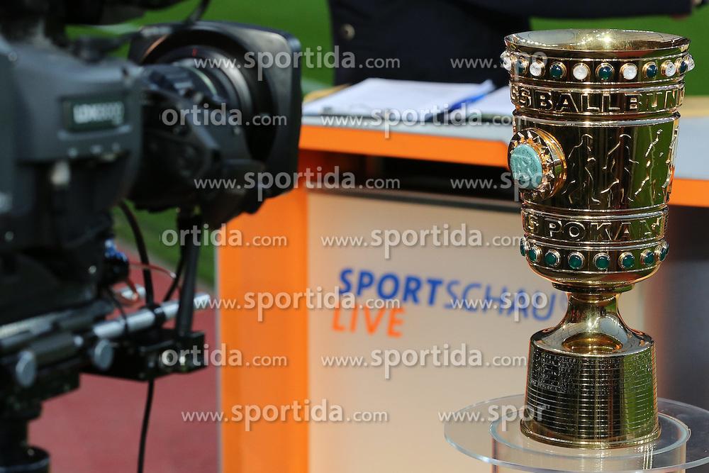 08.04.2015, BayArena, Leverkusen, GER, DFB Pokal, Bayer 04 Leverkusen vs FC Bayern Muenchen, Viertelfinale, im Bild Fernsehkamera mit DFB Pokal // during the German DFB Pokal quarter final match between Bayer 04 Leverkusen and FC Bayern Munich at the BayArena in Leverkusen, Germany on 2015/04/08. EXPA Pictures &copy; 2015, PhotoCredit: EXPA/ Eibner-Pressefoto/ Sch&uuml;ler<br /> <br /> *****ATTENTION - OUT of GER*****