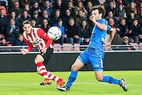EINDHOVEN - PSV - AZ , Voetbal , Seizoen 2015/2016 , Eredivisie , Philips stadion , 29-11-2015 , PSV speler Santiago Arias (l) met voorzet die niet verdedigd kan worden door AZ speler Joris van Overeem (r)