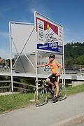Umdenken nötig: Radfahren, Velofahren, biken. Die sanfte Mobilität fördert die Gesundsheit und hilft bei der Lösungen von Umwelt- und Verkehrsproblemen. Ou sont les pistes cyclables? Cyclistes et mobilité douce sont encore trop souvent oubliés...