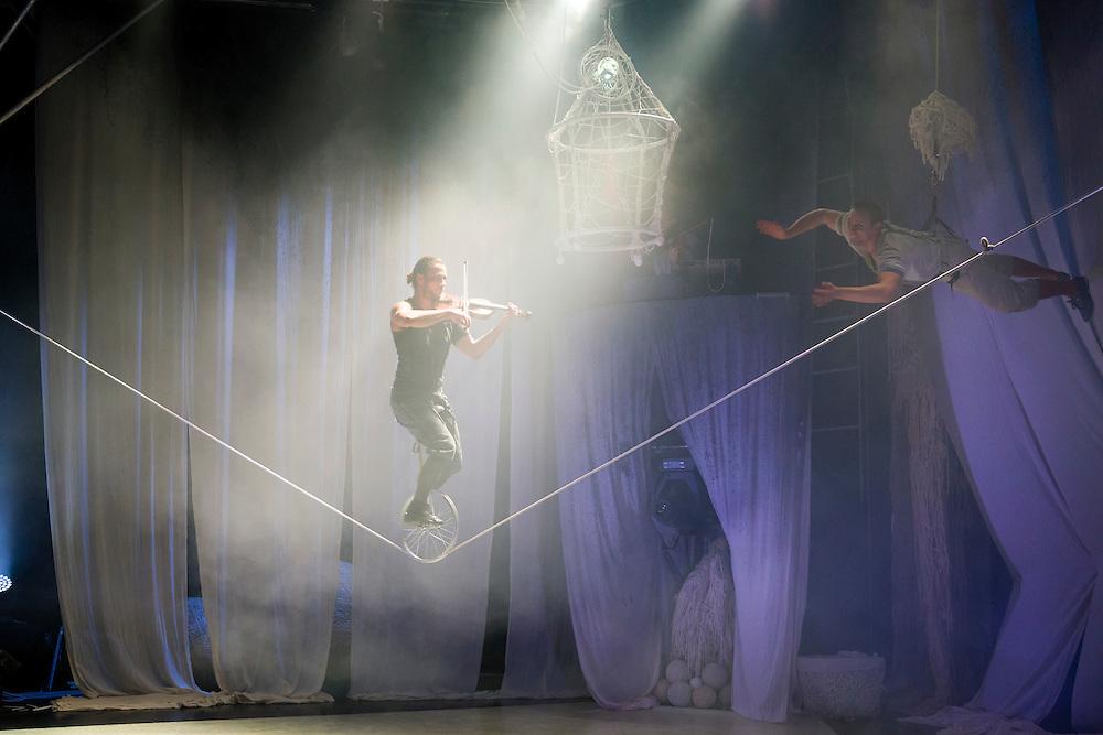 Nederland, Liempde, 20141022.<br /> Premiere van Cirkus Cirk&ouml;r  met Knitting Peace<br /> <br /> In Knitting Peace word je meegenomen in een prachtig samenspel van acrobatiek, dans, live muziek en..., jawel, breien. Kan met breien vrede bereikt worden? Kan een wereldwijde beweging van mensen die breien het verschil maken? <br /> Witte wol, strengen, knopen en draden vormen het decor van deze sfeervolle voorstelling die verweven is met prachtige live muziek en circustechniek.<br /> <br /> EXTRA OPROEP BIJ DEZE VOORSTELLING:<br /> <br /> Breien voor vrede!<br /> Cirkus Cirk&ouml;r zal tijdens Circolo Circolo haar voorstelling Knitting Peace spelen. <br /> Cirkus Cirk&ouml;r verzamelt witte breiwerkjes uit de hele wereld. Brei met ons mee op Landgoed Velder tijdens het festival Circo Circolo en volg ons via sociale media.Cirkus Cirk&ouml;r's performance, Knitting Peace, verweeft al die verlangens naar vrede in een adembenemend breipatroon.  Neem je breiwerk mee naar ons festival.<br /> Circo Circolo binnenoptreden<br /> Circo Circolo is het internationale festival voor &lsquo;Het Nieuwe Circus&rsquo;. Het vind plaats van 16 tot 26 oktober landgoed Velder in Liempde<br /> <br /> Netherlands, Liempde, 20141022.<br /> Circo Circolo <br /> Circo Circolo is the international festival for 'New Circus'. It will take place from 16 to 26 October on the Velder estate in Liempde<br /> Premiere of Cirkus Cirk&ouml;r with Knitting Peace <br /> <br /> Knitting In Peace you will be included in a wonderful combination of acrobatics, dance, live music ... and, yes, knitting. Can be achieved with knitting peace? Can a worldwide movement of people who knit make a difference? <br /> White wool skeins, buttons and wires form the backdrop of this atmospheric performance that is interwoven with beautiful live music and circus techniques. <br /> <br /> EXTRA CALL AT THIS PERFORMANCE: <br /> <br /> Knitting for Peace! <br /> Cirkus Cirk&ouml;r will play during her performance Knitting Peac