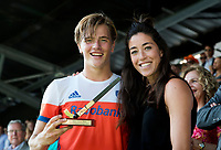 AMSTELVEEN -  Jorrit Croon (Ned) werd uitgeroepentot talent van het toernooi en kreeg de prijs uitgereikt door Naomi van As (r), na  de finale Belgie-Nederland (2-4) bij de Rabo EuroHockey Championships 2017. rechts op de voorgrond Billy Bakker .  COPYRIGHT KOEN SUYK