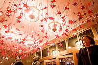 3 Dicembre 2008. New York, NY. Dei clienti entrano nel negozio Macy's di Herald Square. Ogni anno le strade e i negozi di New York City sfoggiano decorazioni natalizie che attraggono turisti da tutto il mondo.<br /> ©2008 Gianni Cipriano per Io Donna / Corriere della Sera<br /> cell. +1 646 465 2168 (USA)<br /> cell. +1 328 567 7923 (Italy)<br /> gianni@giannicipriano.com<br /> www.giannicipriano.com