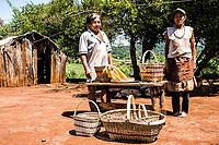 Membros de tribo guarani na Reserva Indígena Xapecó e exemplos de seu artesanato. Entre Rios, Santa Catarina, Brasil. / <br /> Members of Guarani ethnic group in Xapeco Indian Reserve and some examples of their handcraft work. Entre Rios, Santa Catarina, Brazil.