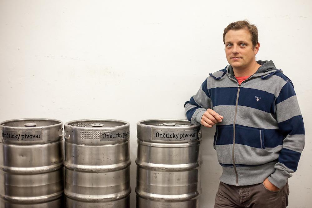 Direktor der Kleinbrauerei in Unetice Herr Ing. Stepan Tkadlec vor Bierfässern im Lagerraum der Brauerei.