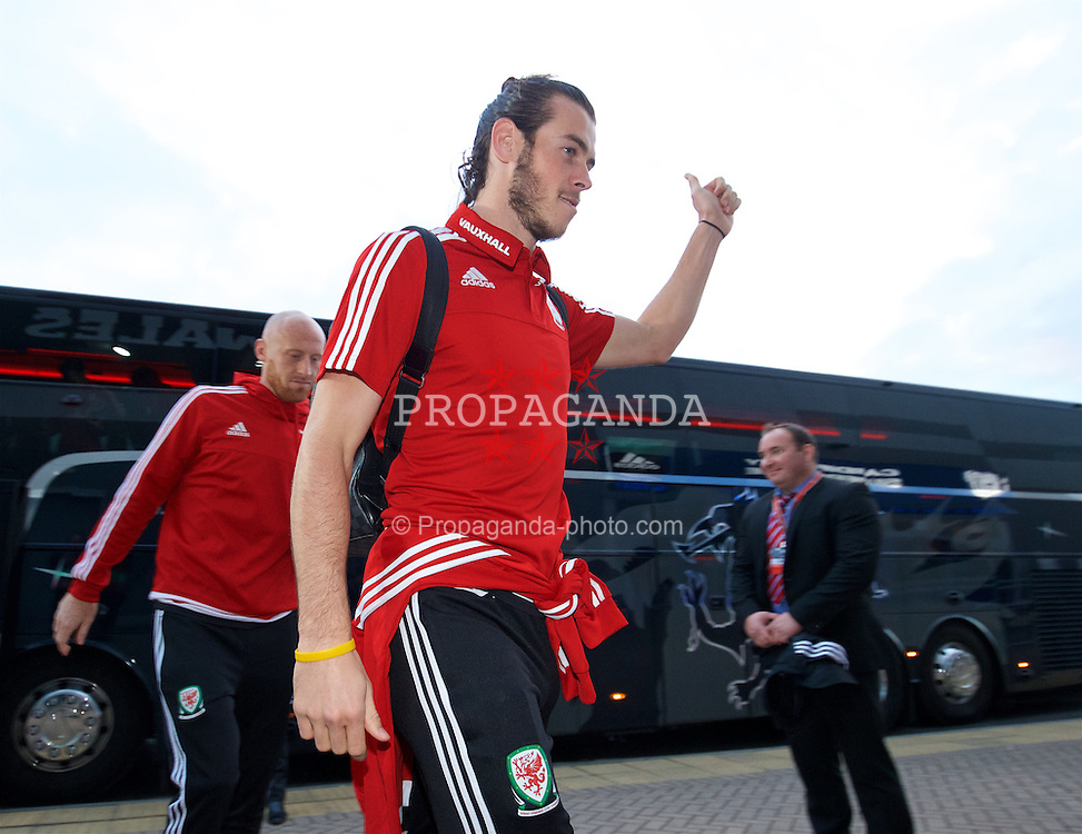 CARDIFF, WALES - Tuesday, October 13, 2015: Wales' Gareth Bale arrives before the UEFA Euro 2016 qualifying Group B match against Andorra at the Cardiff City Stadium. (Pic by David Rawcliffe/Propaganda)