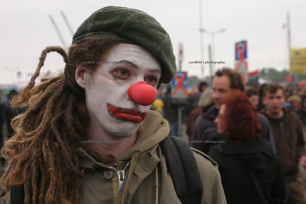Ein als Clown verkleidete Demonstrantin schaut traurig drein, nachdem Tränengas eingesetzt wurde. Mehrere zehntausend Globalisierungsgegner demonstrierten in Rostock gegen den nächste Woche stattfindenden G8-Gipfel in Heiligendamm. Noch vor dem Beginn der Abschlußkundgebung kam es zu schweren Auseinandersetzungen zwischen der Polizei und Dmeonstranten. Wasserwerfer und Tränengas wurden gegen Demonstranten eingesetzt. Ein Auto brannte und Seine flogen. Zahlreiche Menschen wurden dabei verletzt. Serveral tenthousands Anti-Globalisation protesters demonstrate in Rostock against the G8 Summit in Heiligendamm. During the Demsonstration heavy riots between protesters and policemen took place near the Rostock port. A car burned down and stones were thrown. Serveral people became injured.