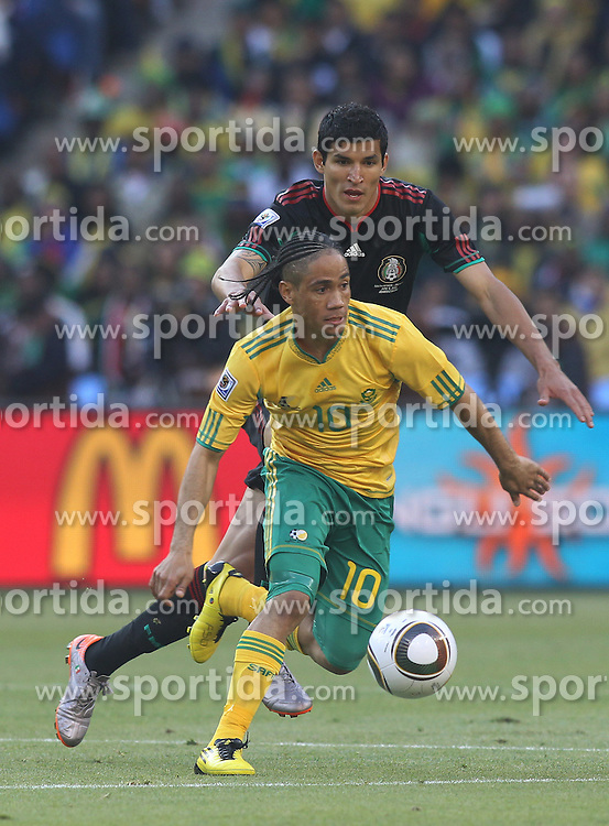 11.06.2010, Soccer City Stadium, Johannesburg, RSA, FIFA WM 2010, Südafrika (RSA) vs Mexico (MEX), im Bild Steven Pienaar of South Africa in action with Francisco J. Rodriguez of Mexico, EXPA Pictures © 2010, PhotoCredit: EXPA/ IPS/ Mark Atkins