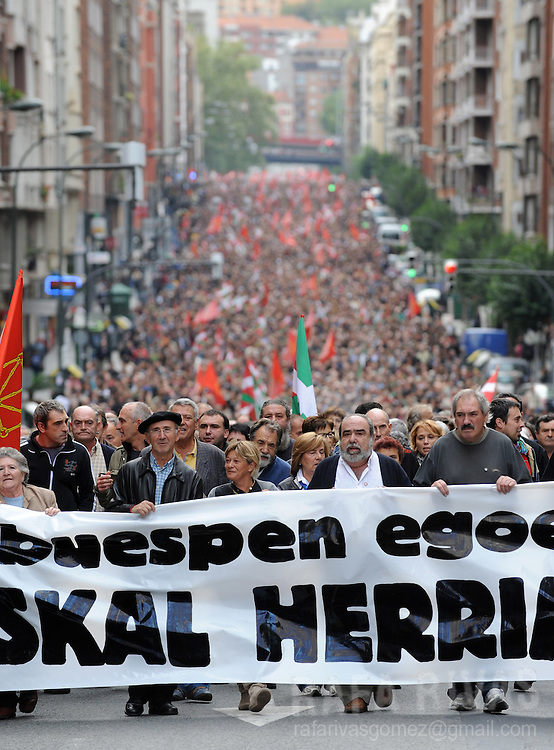 "Thousands of Basque separatists demonstrate in the northern Spanish Basque city of Bilbao, on October 4, 2008, following a banner reading in Basque ""Facing the state of emergency. Free Basque Country"". PHOTO / RAFA RIVAS"