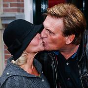 NLD/Amsteram/20121024- Presentatie biografie Joop van den Ende, Henny Huisman en Mariska van Kolck kussend