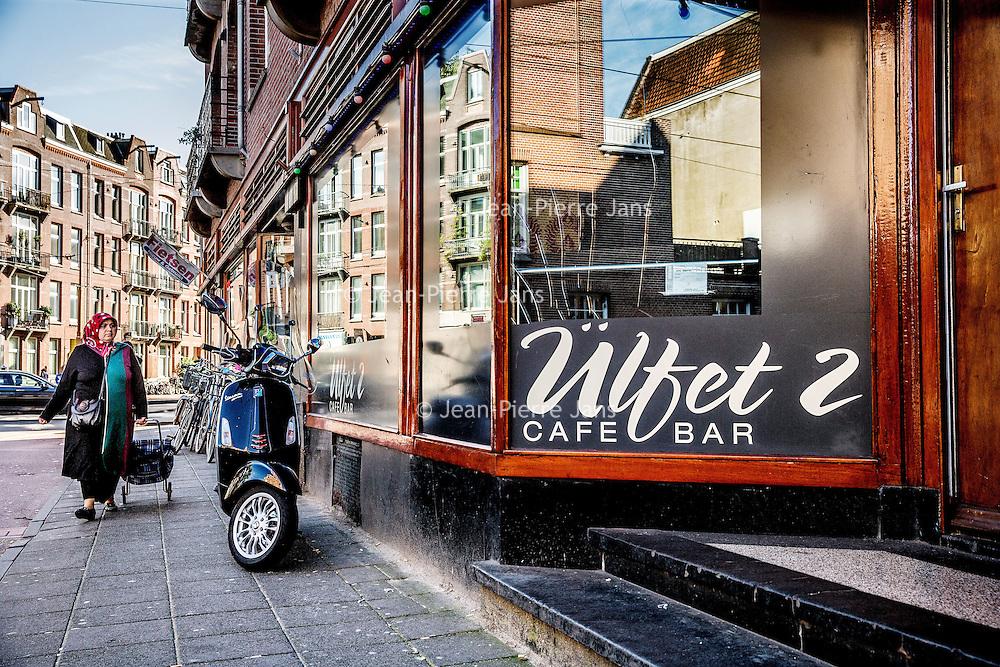 Nederland, Amsterdam, 8 oktober 2016.<br />Een 44-jarige man is zaterdagochtend overleden door een schietpartij in Amsterdam-West. Twee andere mensen raakten gewond. De schietpartij vond rond 3.45 uur plaats op de hoek van de Admiraal de Ruijterweg en de Jan Evertsenstraat.<br /><br />De man die overleden is werd onder vuur genomen, aldus de politie.Hij werd door meerdere kogelsgetroffen en moest worden gereanimeerd en werd naar het ziekenhuis gebracht. Hier is hij zaterdagochtend overleden.<br />Op de foto: Nieuwsgierigen kijken bij de bewuste café bar ülfet 2 genaamdnaar binnen waar het schietincident heeft plaats gevonden.<br /><br /><br />Foto: Jean-Pierre Jans