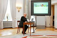 17 SEP 2002, BERLIN/GERMANY:<br /> Johannes Rau, Bundespraesident, waehrend dem Online-Start des Deutschlandportals www.deutschland.de, Schloss Bellevue<br /> IMAGE: 20020917-02-008<br /> KEYWORDS: Internet, Computer, Website, Bundespräsident