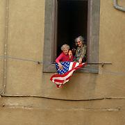 ITA/Bracchiano/20061118 - Huwelijk Tom Cruise en Katie Holmes, vele fans tonen hun belangstellling voor het huwelijk, amerikaanse vlag uit raam
