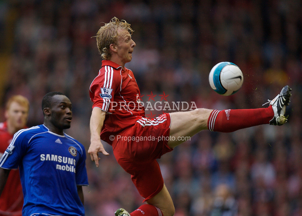 Liverpool, England - Sunday, August 19, 2007: Liverpool's Dirk Kuyt and Chelsea's Michael Essien during the Premiership match at Anfield. (Photo by David Rawcliffe/Propaganda)