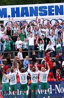 Fotball, Eliteserie, 25 juli 2004, Alfheim Stadion i Tromsø, TROMSØ IL - HAM KAM 0-3,  HAM KAM jubler etter kampen - mye supportere i Tromsø!<br /> FOTO: KAJA BAARDSEN/DIGITALSPORT