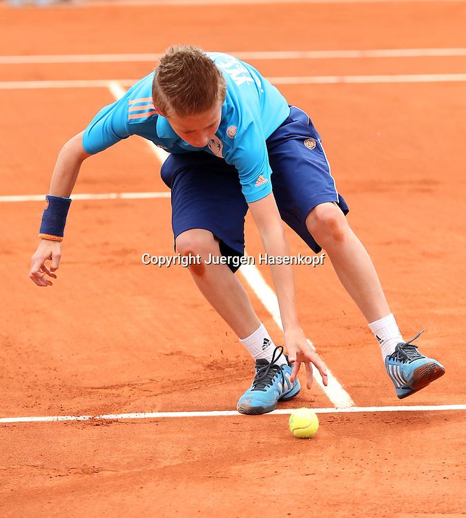 French Open 2014, Roland Garros,Paris,ITF Grand Slam Tennis Tournament,<br /> Balljunge sprinted auf den P&Uuml;latz und nimmt den Ball auf,Ganzkoerper,<br /> Hochformat,Feature,