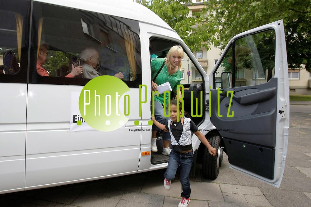 Ludwigshafen. Gartenstadt. Wohnungsbaugesellschaft startet Projekt: Einkaufs-Shuttle. Kleinbus-Einkaufsshuttle f&cedil;r mobilit&permil;tseingeschr&permil;nkte Mieter.<br /> <br /> <br /> Bild: Markus Proflwitz / masterpress /  <br /> <br /> ++++ Archivbilder und weitere Motive finden Sie auch in unserem OnlineArchiv. www.masterpress.org oder &cedil;ber das Metropolregion Rhein-Neckar Bildportal   ++++