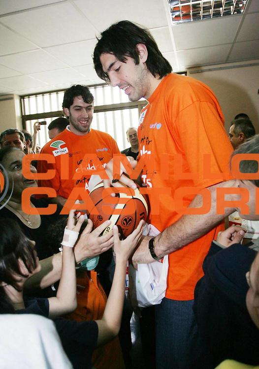 DESCRIZIONE : Atene Athens Eurolega Euroleague 2006-07 Final Four Finale Giocatori in visita all'Ospedale Agia Sophia Hospital <br /> GIOCATORE : Scola<br /> SQUADRA : Tau Vitoria<br /> EVENTO : Atene Athens Eurolega Euroleague 2006-07 Final Four Finale Giocatori in visita all'Ospedale Agia Sophia Hospital <br /> GARA : <br /> DATA : 03/05/2007 <br /> CATEGORIA : Ritratto<br /> SPORT : Pallacanestro <br /> AUTORE : Agenzia Ciamillo-Castoria/ActionImages