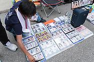 Tusentals fans har kommit till Makuhari Messe i Chiba City för att få möjlighet att skaka hand med sin favoritmedlem i popgruppen AKB48. Utanför mässlokalen samlas fansen för att byta bilder på sina idoler.