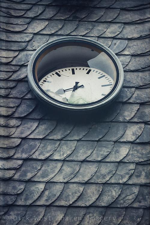 Zerstörte Uhr an stillgelegten Bahnhof, Wuppertal, Deutschland
