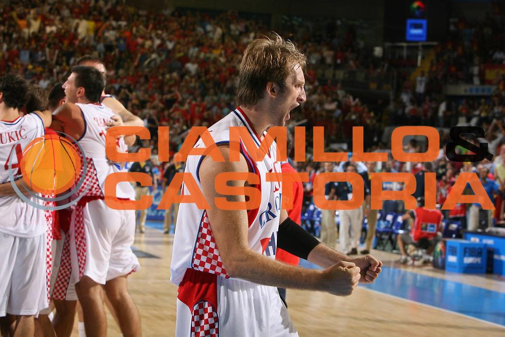 DESCRIZIONE : Siviglia Sevilla Spagna Spain Eurobasket Men 2007 Croazia Spagna Croatia Spain <br /> GIOCATORE : Team Croazia Croatia Mario Planinic <br /> SQUADRA : Croazia Croatia <br /> EVENTO : Eurobasket Men 2007 Campionati Europei Uomini 2007 <br /> GARA : Croazia Spagna Croatia Spain <br /> DATA : 05/09/2007 <br /> CATEGORIA : Esultanza <br /> SPORT : Pallacanestro <br /> AUTORE : Ciamillo&amp;Castoria/E.Castoria <br /> Galleria : Eurobasket Men 2007 <br /> Fotonotizia : Sevilla Spagna Spain Eurobasket Men 2007 Croazia Spagna Croatia Spain <br /> Predefinita :