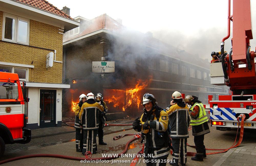 Brand na explosie Poststraat Bussum..vuur, vlammen, rook, ladderwagen,
