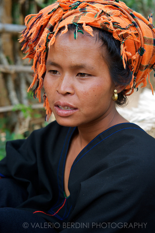 A young Pa-O woman waits for the boat that will bring her back home after a working day in the land.