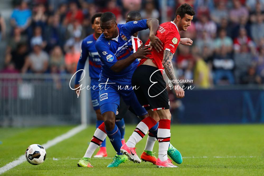 09-04-2017 VOETBAL:PSV-WILLEM II:EINDHOVEN<br /> Obbi Oulare van Willem II in duel met Gaston Pereiro van PSV <br /> <br /> Foto: Geert van Erven