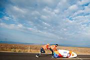 Lieske Yntema gaat van start in de VeloX V. Op maandagochtend vinden de kwalificaties plaats. Het team slaagt er door valpartijen niet in om de rijders en de VeloX V te kwalificeren. Het Human Power Team Delft en Amsterdam (HPT), dat bestaat uit studenten van de TU Delft en de VU Amsterdam, is in Amerika om te proberen het record snelfietsen te verbreken. Momenteel zijn zij recordhouder, in 2013 reed Sebastiaan Bowier 133,78 km/h in de VeloX3. In Battle Mountain (Nevada) wordt ieder jaar de World Human Powered Speed Challenge gehouden. Tijdens deze wedstrijd wordt geprobeerd zo hard mogelijk te fietsen op pure menskracht. Ze halen snelheden tot 133 km/h. De deelnemers bestaan zowel uit teams van universiteiten als uit hobbyisten. Met de gestroomlijnde fietsen willen ze laten zien wat mogelijk is met menskracht. De speciale ligfietsen kunnen gezien worden als de Formule 1 van het fietsen. De kennis die wordt opgedaan wordt ook gebruikt om duurzaam vervoer verder te ontwikkelen.<br /> <br /> The qualifying on Monday. The team didn't qualify due to crashes. The Human Power Team Delft and Amsterdam, a team by students of the TU Delft and the VU Amsterdam, is in America to set a new  world record speed cycling. I 2013 the team broke the record, Sebastiaan Bowier rode 133,78 km/h (83,13 mph) with the VeloX3. In Battle Mountain (Nevada) each year the World Human Powered Speed Challenge is held. During this race they try to ride on pure manpower as hard as possible. Speeds up to 133 km/h are reached. The participants consist of both teams from universities and from hobbyists. With the sleek bikes they want to show what is possible with human power. The special recumbent bicycles can be seen as the Formula 1 of the bicycle. The knowledge gained is also used to develop sustainable transport.