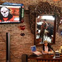 Metepec, México.- (Abril 27, 2017).- Monick Huitrón, presidenta y fundadora del Internacional Salón de la Fama del Deporte de Toluca (izq), durante conferencia de prensa donde anunció que el luchador profesional conocido como La Parka, de la Triple AAA, será inducido a ese espacio en reconocimiento por su trayectoria profesional, el próximo 11 de mayo en la capital mexiquense. Agencia MVT / Arturo Hernández.