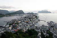 Ålesund 20050715. Oversiktsbilde over Ålesund og brosundet fotografert fra Fjellstua på Akslafjellet. Bakerst t.h. i bildet ser man Godøy og t.v. ser man Hessa, Skarbøvik og Sukkertoppen.<br /> <br /> Panorama view of Ålesund. This picture is taken at Fjellstua on the mountain Aksla.<br /> <br /> Foto: Svein Ove Ekornesvåg