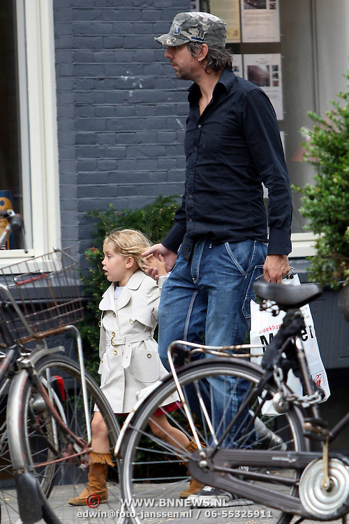 NLD/Amsterdam/20070831 - Ruud de Wild samen met dochter Toy Travis winkelend in Amsterdam