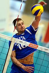 17-05-2013 VOLLEYBAL: BELGIE - NEDERLAND: KORTRIJK<br /> Nederland wint de eerste oefenwedstrijd met 3-0 van Belgie / Robin Overbeeke<br /> &copy;2013-FotoHoogendoorn.nl