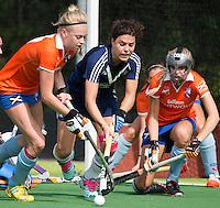 AMSTELVEEN - HOCKEY - Lotte Sluiter van Pinoke (m) tussen Josie Galama (l)  en Roos Broek (r) tijdens de eerste competiteiwedstrijd van het nieuwe seizoen tussen de vrouwen van Pinoke en Bloemendaal. COPYRIGHT KOEN SUYK
