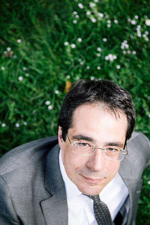 Genève, 13 avril 2015. Darius Rochebin, présentateur vedette du téléjournal de Radio Télévision Suisse (RTS). © Niels Ackermann / Lundi13