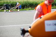 De VeloX V staat in de achtergrond, terwijl het team de VeloX 4 klaar maakt voor de test. Op de RDW baan in Lelystad wordt getest met de VeloX 4, de fiets van vorig jaar, en voor het eerst ook met de nieuwste fiets, de VeloX V. In september wil het Human Power Team Delft en Amsterdam, dat bestaat uit studenten van de TU Delft en de VU Amsterdam, een poging doen het wereldrecord snelfietsen te verbreken, dat nu op 133,8 km/h staat tijdens de World Human Powered Speed Challenge.<br /> <br /> At the RDW track in Lelystad the team tests wit the VeloX 4 and for the first time with the VeloX V. With the special recumbent bike the Human Power Team Delft and Amsterdam, consisting of students of the TU Delft and the VU Amsterdam, also wants to set a new world record cycling in September at the World Human Powered Speed Challenge. The current speed record is 133,8 km/h.
