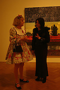 Grayson Perry and Nigella Lawson. the Triumph of Painting. Part 1. The Saatchi Gallery. 25 January 2005. ONE TIME USE ONLY - DO NOT ARCHIVE  © Copyright Photograph by Dafydd Jones 66 Stockwell Park Rd. London SW9 0DA Tel 020 7733 0108 www.dafjones.com