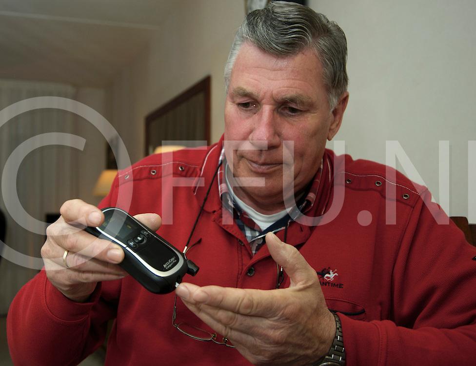 HARDENBERG - Diabetes patient.<br /> Foto: Gerard Borst laat het meet instrument zien.<br /> FFU PRESS AGENCY COPYRIGHT FRANK UIJLENBROEK