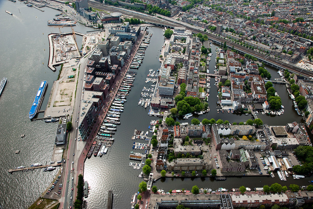 Nederland, Amsterdam, Zuidelijke IJoever,  25-05-2010. Westerdokseiland met in het water van het IJ een nieuw schiereiland, IJDock. Rechts de Westelijke Eilanden (Bickerseiland, Prinseneiland  en Realeneiland)..Former western Docklands and harbours, in the water of the IJ new peninsula..luchtfoto (toeslag), aerial photo (additional fee required).foto/photo Siebe Swart
