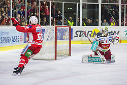17.03.2019, Stadthalle, Klagenfurt, AUT, EBEL, EC KAC vs HCB Suedtirol Alperia, Viertelfinale, 3. Spiel, im Bild Matt NEAL (EC KAC, #50), Jacob SMITH (HCB Suedtirol Alperia, #1) // during the Erste Bank Icehockey 3rd quarterfinal match between EC KAC and HCB Suedtirol Alperia at the Stadthalle in Klagenfurt, Austria on 2019/03/17. EXPA Pictures © 2019, PhotoCredit: EXPA/ Gert Steinthaler