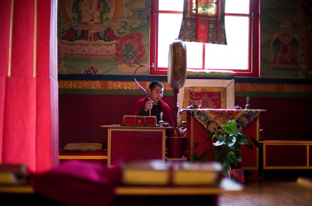 Un moine bouddhiste pratiquant des rituels quotidiens au centre bouddhiste de Vajradhara-Ling.<br /> Aubry-Le-Panthou, France. 11/08/2013.