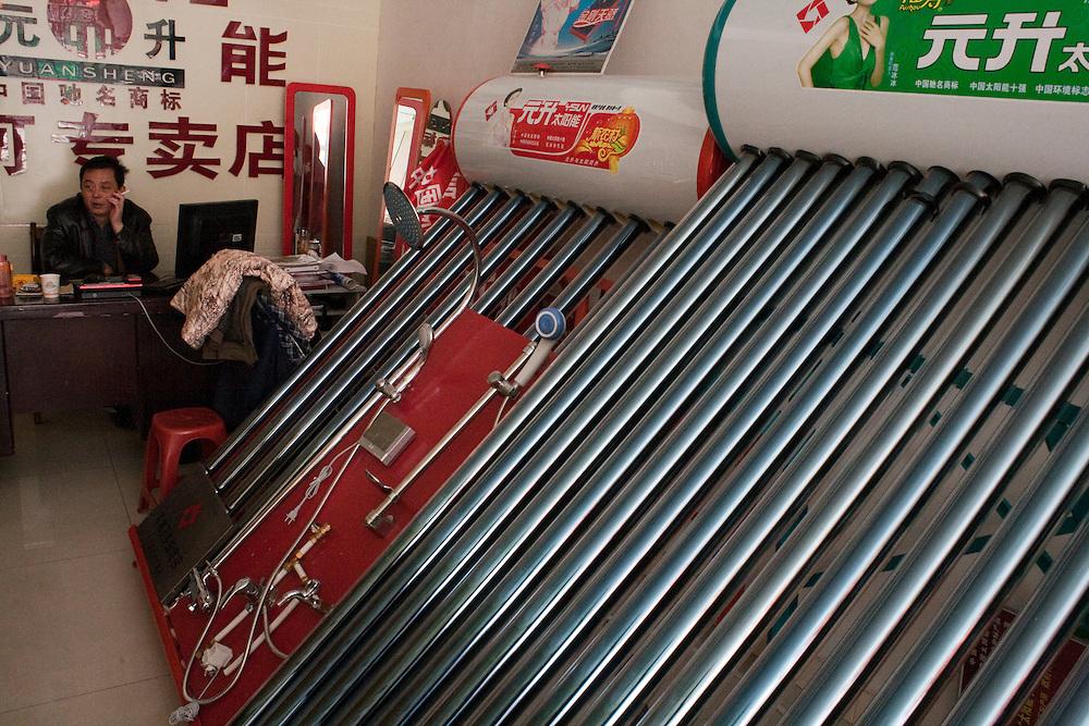 Dans la boutique du distributeur de chauffe-eau solaires, Xiahe, decembre 2009. Un seul chauffe-eau peut fournir suffisemment d'eau chaude pour 6 douches.