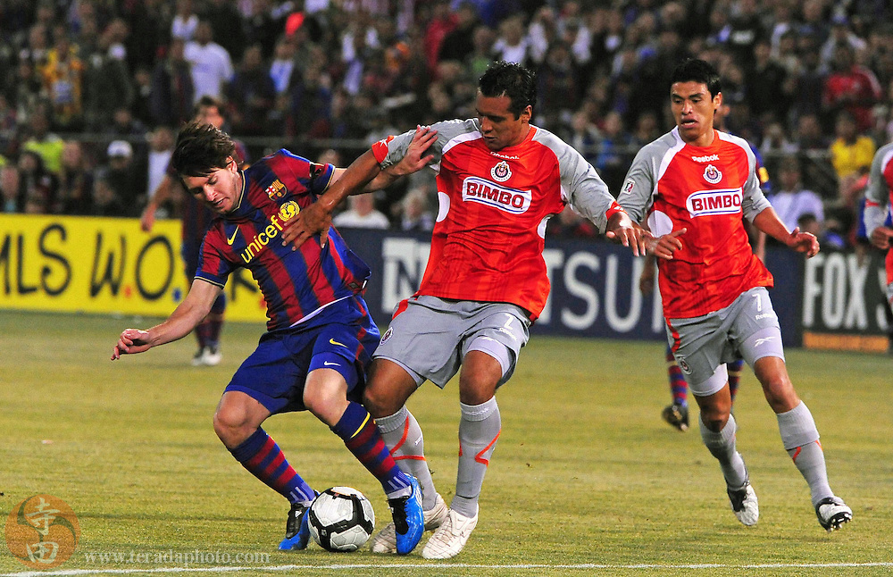 August 8, 2009; San Francisco, CA, USA; FC Barcelona forward Lionel Messi (left) fights for the ball with Chivas de Guadalajara defender Mario De Luna (center) during the first half in the Night of Champions international friendly contest at Candlestick Park.