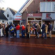 Lange rij voor de winkel vuurwerkverkoop Ijzerhandel Vos Huizen, mensen, wachten, bestelling, actie,
