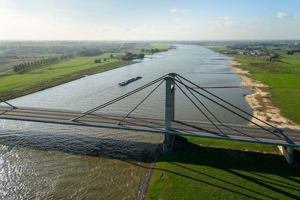 Nederland, Gelderland, Gemeente West Maas en Waal, 24-10-2013; Prins Willem-Alexanderbrug over de Waal bij Beneden-Leeuwen. Tuibrug (gecombineerd met kokerbrug).<br /> Prince Alexander bridge crosses river Rhine (Waal).<br /> luchtfoto (toeslag op standaard tarieven);<br /> aerial photo (additional fee required);<br /> copyright foto/photo Siebe Swart.