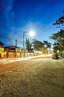 Avenida das Rendeiras, na Lagoa da Conceição, ao anoitecer. Florianópolis, Santa Catarina, Brasil. / Rendeiras Avenue, at Conceicao Lagoon, at evening. Florianopolis, Santa Catarina, Brazil.