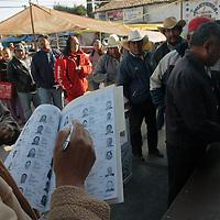Jiquipilco, Mex.- Campesinos del norte del estado de Mexico acuden a las casillas electorales donde emiten su voto para elegir presidentes municipales y diputados locales de la entidad. Agencia MVT / Luis Enrique Hernandez. (DIGITAL)<br /> <br /> NO ARCHIVAR - NO ARCHIVE