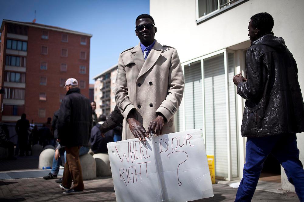 Manifestazione dei migranti dell'Ex-Moi nel centro di Torino in contemporanea all'inaugurazione della Biennale Democrazia. Nell'immagine i preparativi per il corteo all'interno delle palazzine. Torino, 10-04-'13.