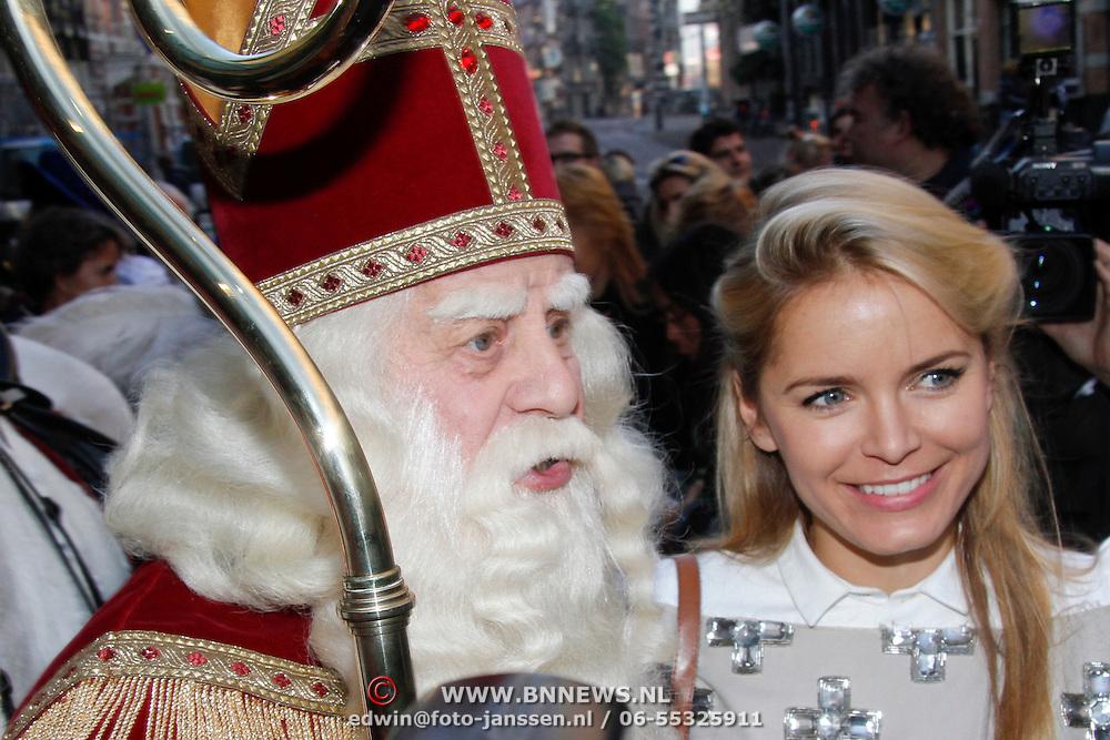 NLD/Amsterdam/20111117 - Inloop Bennie Stout in premiere voor Sinterklaas, Sinterklaas en Hanna Verboom