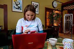 05-07-2014 NED: Iceland Diabetes Challenge dag 1, Landmannalaugar <br /> Vandaag ging de challenge van start. Met een bus gingen we van Vogar naar Landmannalaugar en zagen we de eerste tekenen van het prachtige landschap van IJsland / Sabine